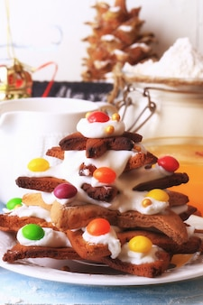 Choinka z imbirowych ciastek domowych ciast