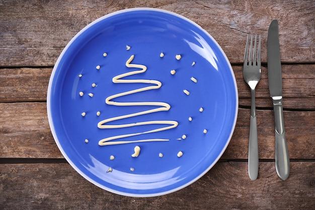 Choinka z majonezu, na talerzu, z bliska