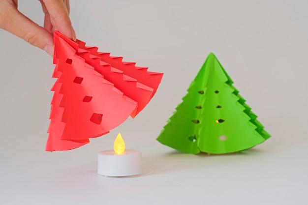 Choinka z papieru z ledową świecą do dekoracji pokoju.