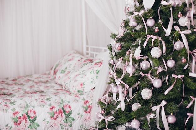 Choinka z pięknymi dekoracjami
