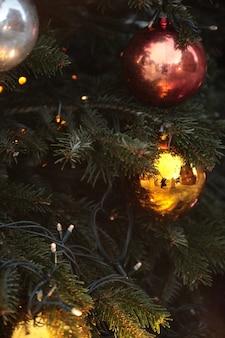 Choinka z pięknymi ozdobnymi kulkami i lampkami
