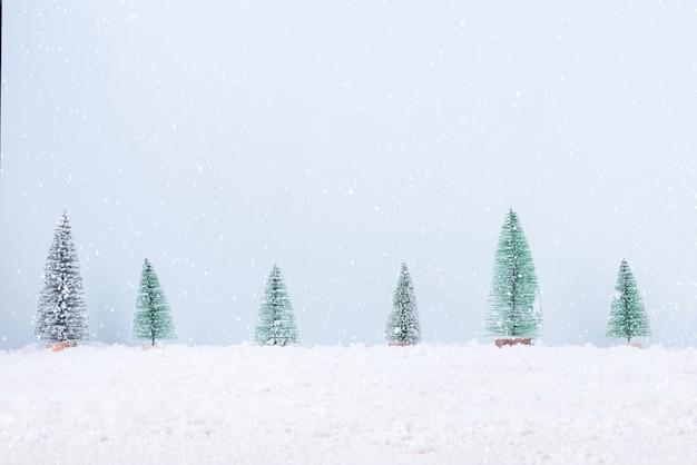 Choinka z pola śniegu mróz naturalnego tła krajobrazu na świętowanie i szczęśliwego nowego roku.