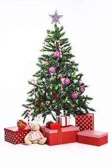 Choinka z prezentami na białym tle