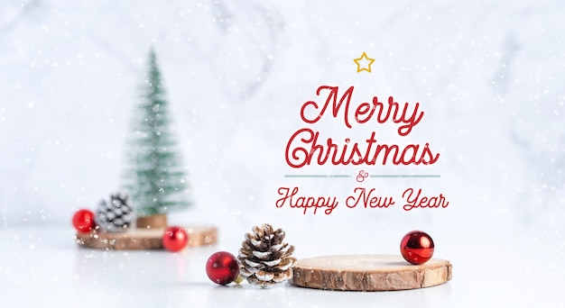 Choinka z szyszkami i kulkami dekoracyjnymi z napisem wesołych świąt i szczęśliwego nowego roku