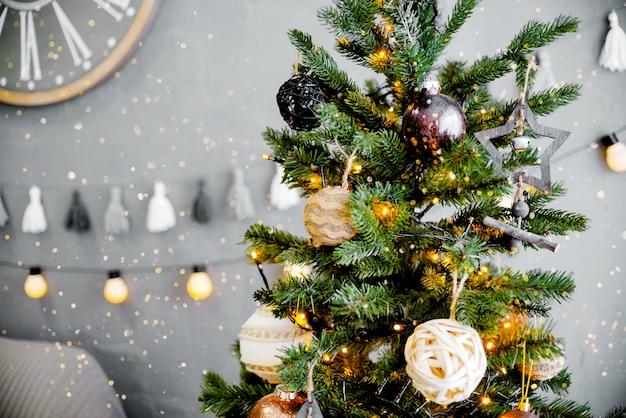 Choinka z zabawkami i prezentami. bożonarodzeniowe światła bokeh widoku horyzontalnego copyspace