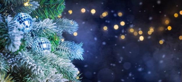 Choinka ze światłami w nocy, boże narodzenie i nowy rok w tle