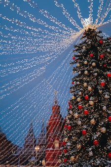 Choinka ze złotymi światłami na ulicy świątecznego miasta wesołych świąt szczęśliwego nowego roku