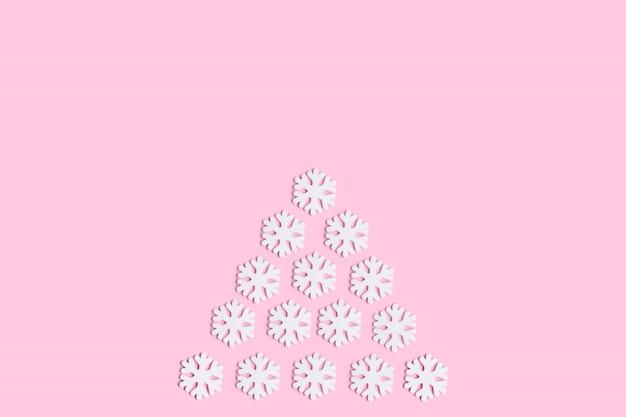Choinki ozdoba na różowym tle