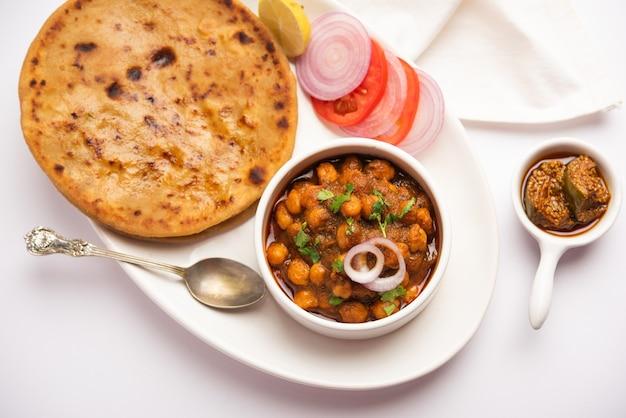 Chole z aloo paratha popularny przepis na północnoindyjskie jedzenie podawane na gorąco z piklami z mango