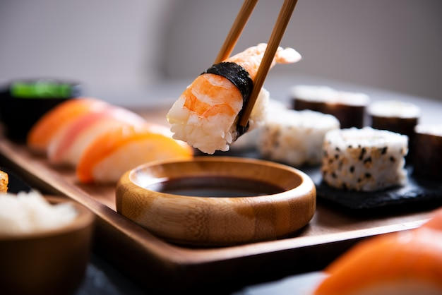 Chopstick z kawałkiem sushi nigiri