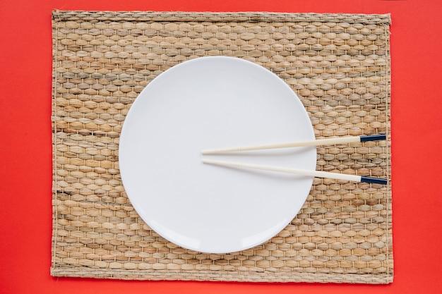 Chopsticks na talerzu na pielusze