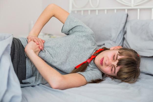 Chora dziewczyna czuje ból