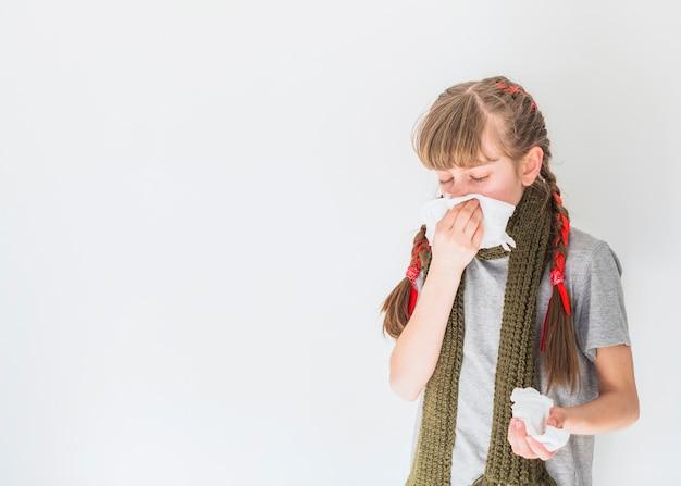 Chora dziewczyna dmucha jej nos