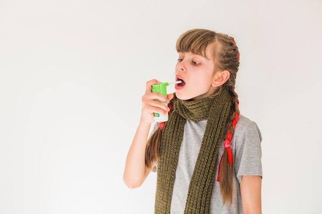 Chora dziewczyna używa aerozolu