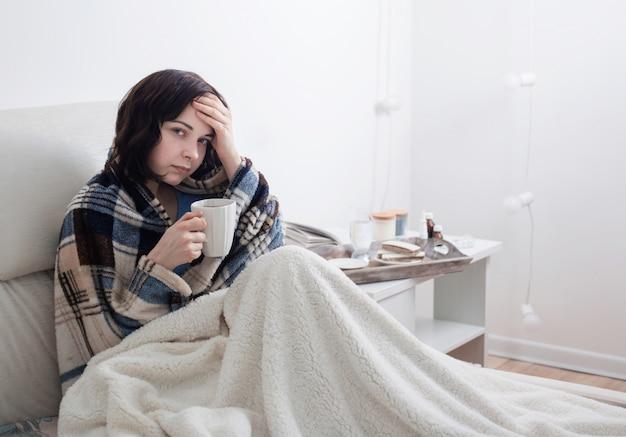 Chora dziewczyna w łóżku