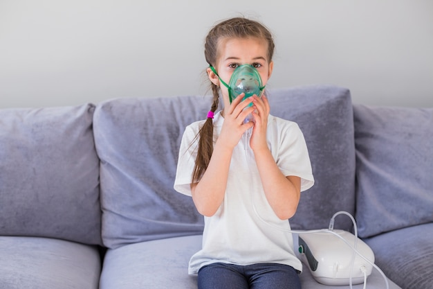 Chora dziewczyna z maską