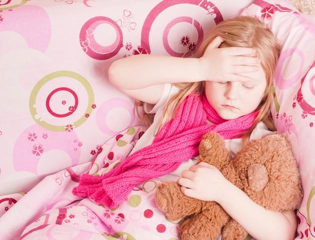Chora dziewczyna z zabawką