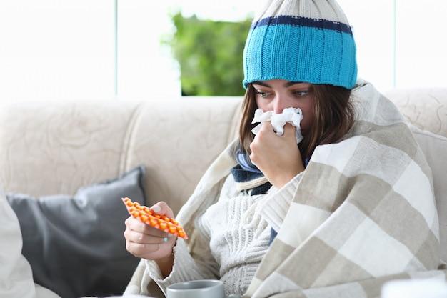 Chora kobieta bierze lek