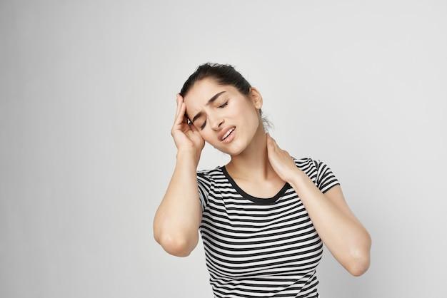 Chora kobieta ból głowy bolesny zespół dyskomfort jasne tło