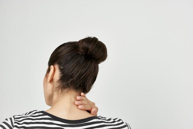 Chora kobieta ból głowy bolesny zespół dyskomfort na białym tle