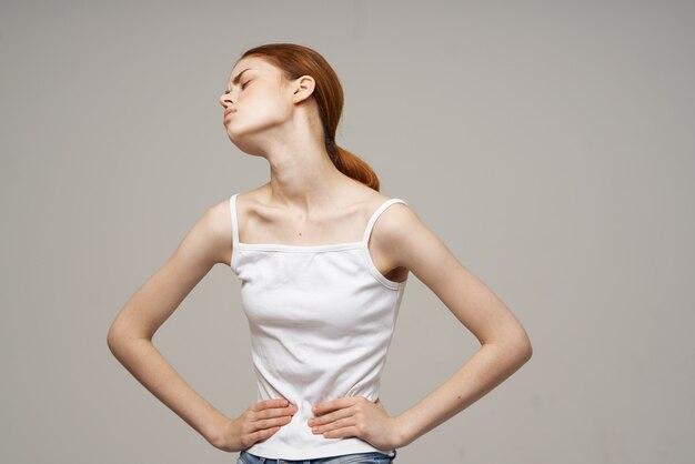 Chora kobieta ból w pachwinie choroba intymna ginekologia dyskomfort w studio leczenie
