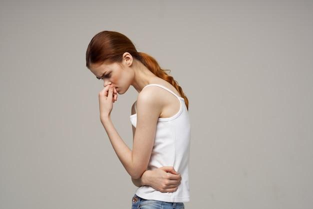 Chora kobieta ból w pachwinie intymna choroba ginekologia dyskomfort jasne tło