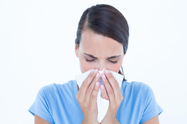 Chora kobieta dmucha jej nos