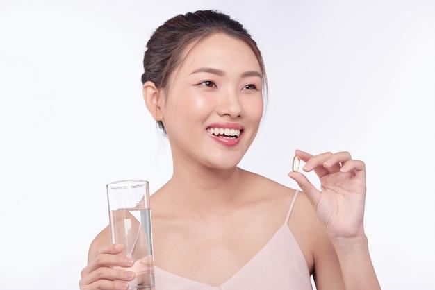 Chora kobieta, kobieta z pigułką i szklanką wody