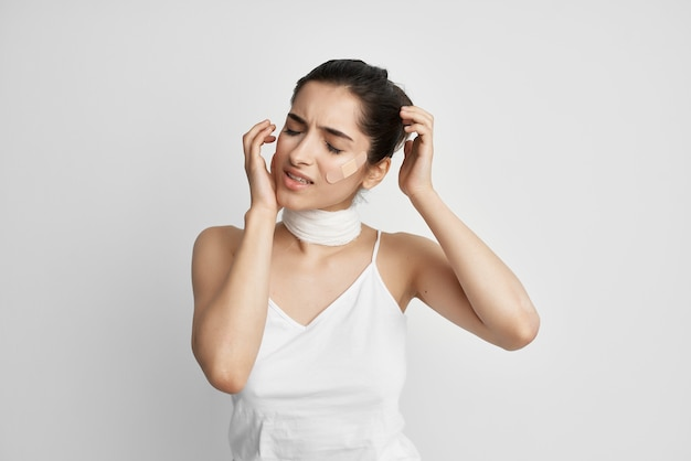 Chora kobieta łata na tle na białym tle depresji bólu twarzy
