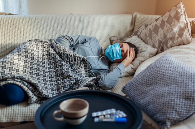 Chora kobieta ma grypę