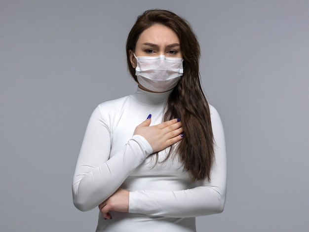 Chora kobieta ma problemy z oddechem