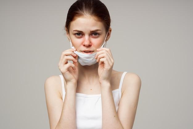 Chora kobieta medyczna maska na twarz na zimno na białym tle