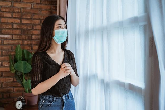Chora kobieta na odosobnieniu w domu