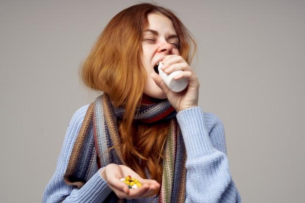 Chora kobieta problemy zdrowotne temperatura na białym tle