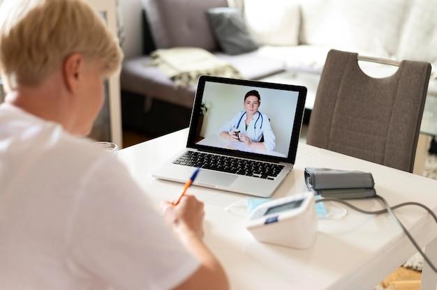 Chora kobieta rozmawia z lekarzem online doctor