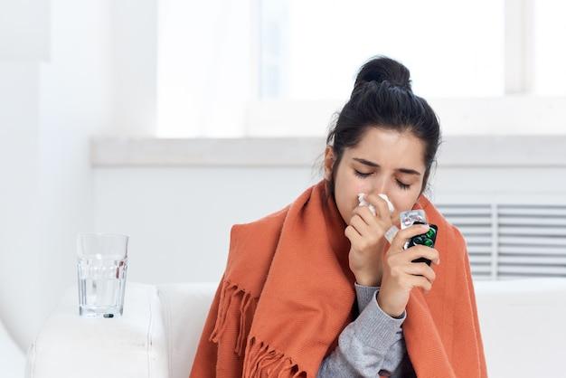 Chora kobieta szklanka tabletek wodnych leczenie złe samopoczucie