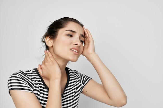 Chora kobieta trzymająca głowę migrena depresja jasne tło