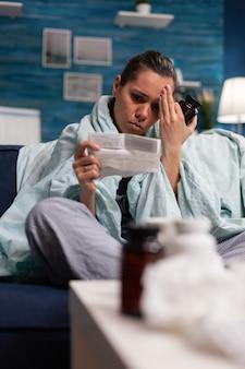 Chora kobieta trzymająca receptę na leczenie od lekarza