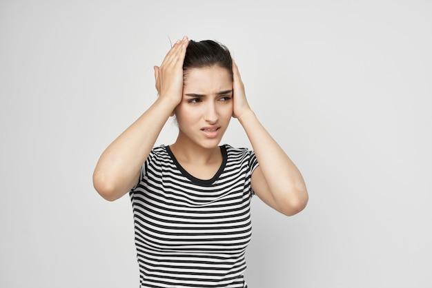 Chora kobieta w pasiastym tshirt bólu w szyi na białym tle