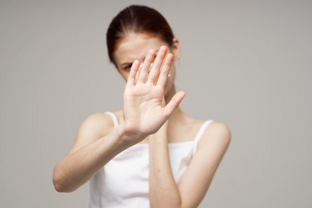 Chora kobieta wirus grypy infekcji problemy zdrowotne na białym tle. zdjęcie wysokiej jakości