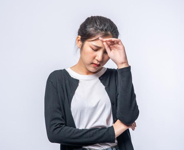 Chora kobieta z bólem głowy i położyła rękę na głowie