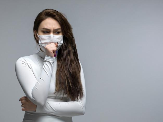 Chora kobieta z bolesnym kaszlem