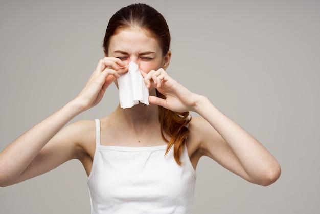 Chora kobieta zakażenia wirusem grypy problemy zdrowotne na białym tle