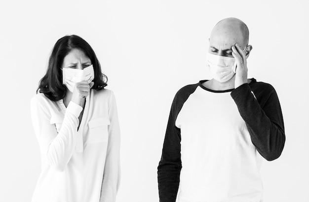 Chora para ma na sobie maskę chirurgiczną