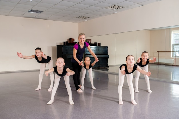 Choreograf uczy dzieci tańców.