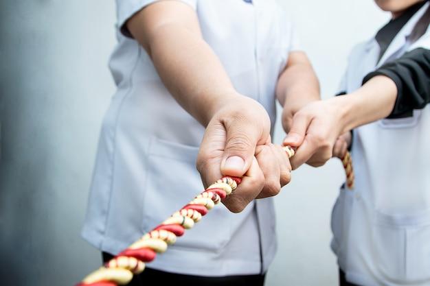 Choroba i zdrowy zespół walki w przeciąganie liny
