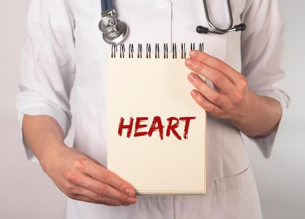 Choroby serca napis na papierze w rękach lekarza