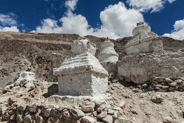 Chortens buddyzm tybetański stupy w himalajach