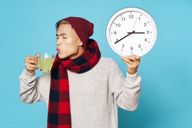 Chory azjatycki człowiek pije herbatę