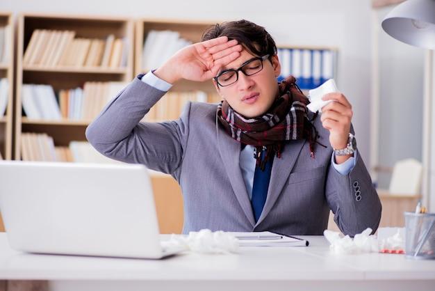 Chory biznesmen cierpiący na choroby w biurze